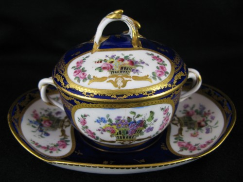 A Sèvres Round covered broth bowl and its oval display stand - Porcelain & Faience Style Louis XVI
