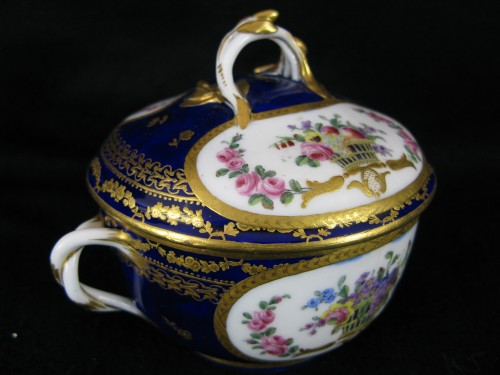 18th century - A Sèvres Round covered broth bowl and its oval display stand