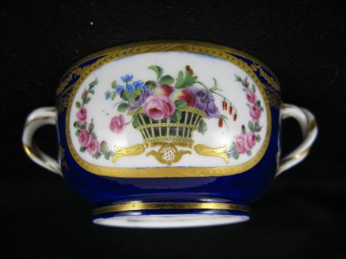 Louis XVI - A Sèvres Round covered broth bowl and its oval display stand