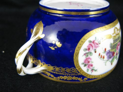Antiquités - A Sèvres Round covered broth bowl and its oval display stand