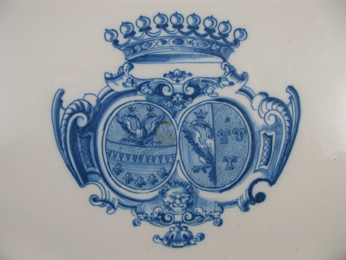 Armorial dish in earthenware from Moustiers 18th century - Porcelain & Faience Style Louis XV
