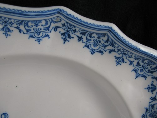 Porcelain & Faience  - Armorial dish in earthenware from Moustiers 18th century