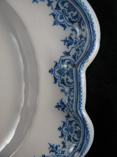 Armorial dish in earthenware from Moustiers 18th century -