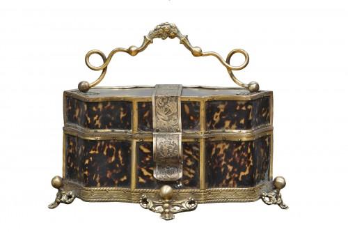 Jewelery box in chiseled bronze and tortoiseshell inserts