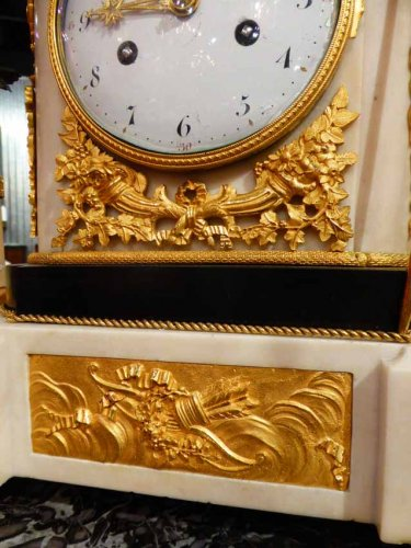 Antiquités - A French Louis XVI period figural mantel clock
