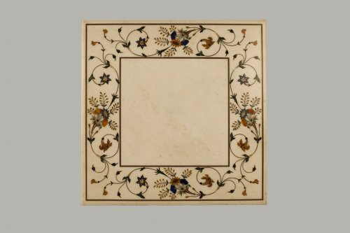 Table marble marquetry on its wooden foot imitation porphyry. XIXth century -