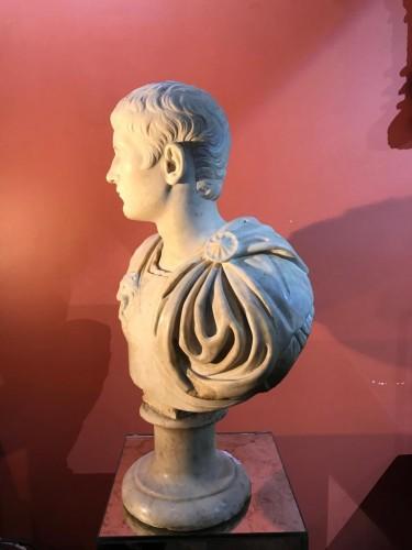 - Buste en marbre représentant Caligula