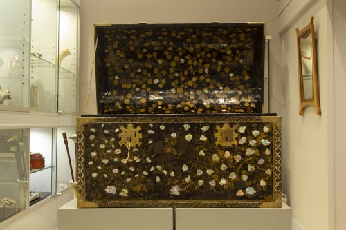 Namban chest in black lacquered wood and inlaid with mother of pearl -