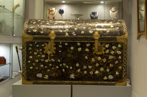 <= 16th century - Namban chest in black lacquered wood and inlaid with mother of pearl