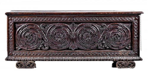 Carved valnut Chest, Renaissance italian of 16th century