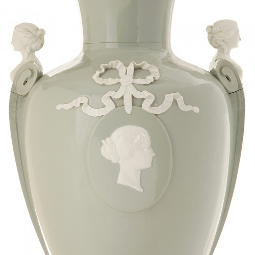 Sèvres porcelain vase with profile of Empress Eugénie from her collection - Porcelain & Faience Style Napoléon III
