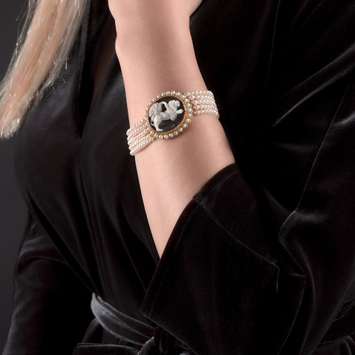 A historical 19th century cameo and pearl bracelet gold mounted - Antique Jewellery Style Empire