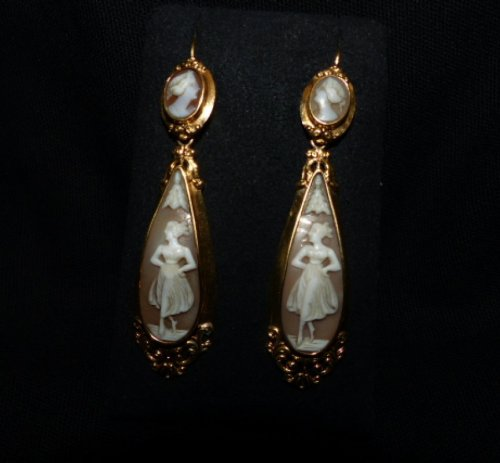 Pair of earrings in gold and cameos