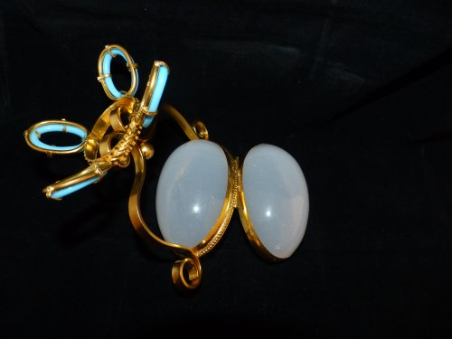 Antiquités -  opaline and gilded bronze egg