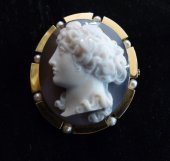 Cameo Agate,  in gold and naturals pearls brooch
