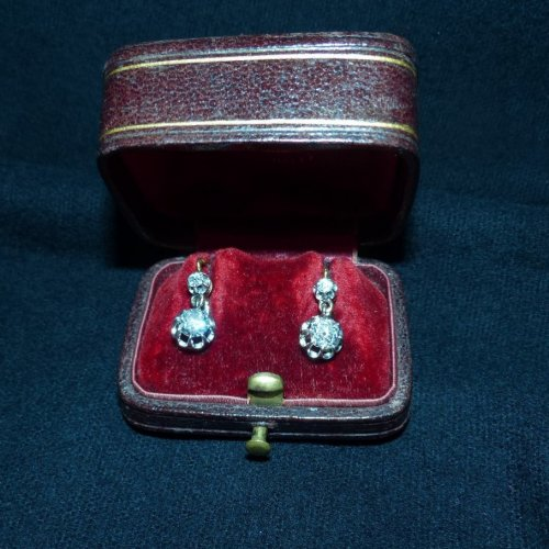 Pair of earrings in gold and diamonds