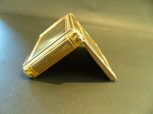 Box color gold Snuffbox -
