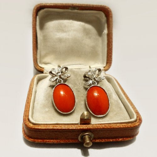 Earrings in gold, coral and diamonds