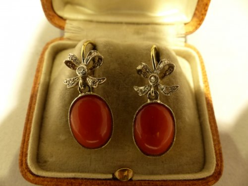 Earrings in gold, coral and diamonds -