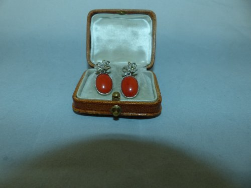 20th century - Earrings in gold, coral and diamonds