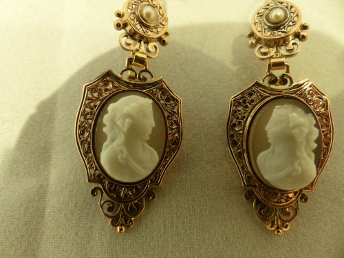 Antiquités - Cameos and gold finery,  Napoleon III period