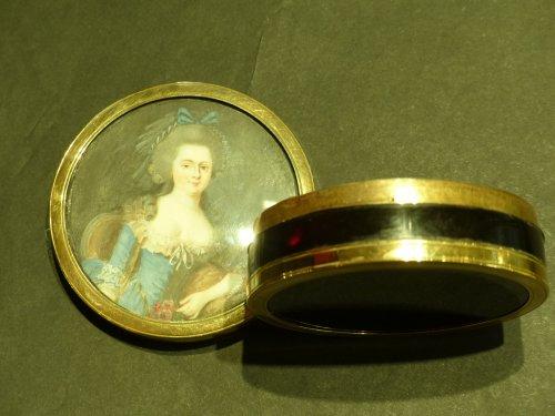 tortoiseshell, gold and miniature round box -