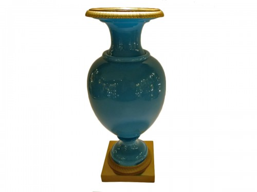 Vase urne en opaline bleu turquoise