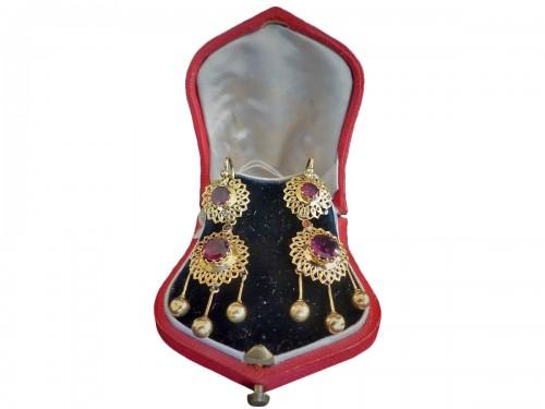 Pair of earrings in gold and garnets