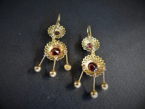 Antique Jewellery  - Pair of earrings in gold and garnets