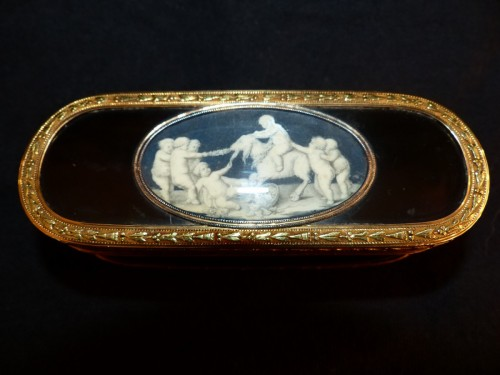 Louis XVI - Piat- Sauvage, tortoiseshell and gold Snuffbox with decoration of putti