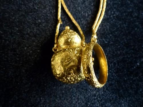 Objects of Vertu  - 19th century gold vinaigrette scent bottle