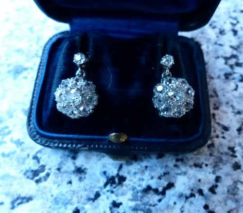 - Earrings in gold and diamonds
