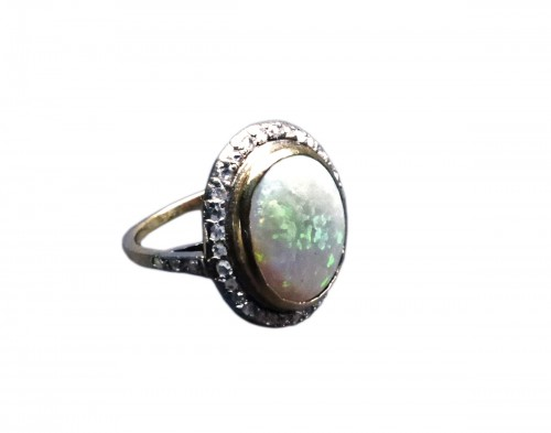 Old ring in Platinum, opal and diamonds