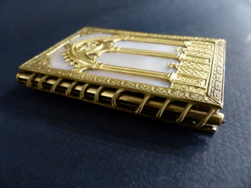 19th century - Troubadour style dance card note book, in mother-of-pearl and gilded bronze