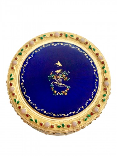 Round box in gold and enamel