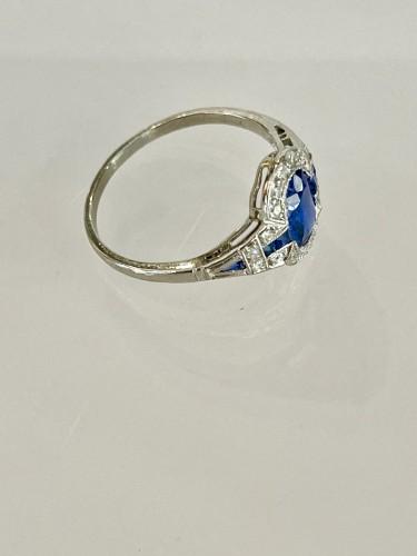 Art Deco Ring In Platinum Sapphire And Diamonds - Antique Jewellery Style Art Déco