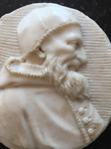 Male portrait in white marble medaillon (Italy, 16th century) -