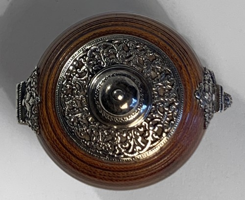 <= 16th century - An Indo-Portuguese silver mounted turned ivory spherical box