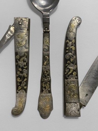 Curiosities  - A travel cutlery set in its leather case - 18th century