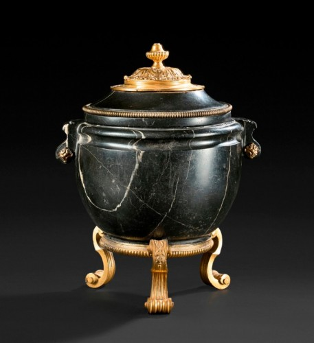 An ormolu mounted black marble antique vase with Régence mounts - Decorative Objects Style French Regence