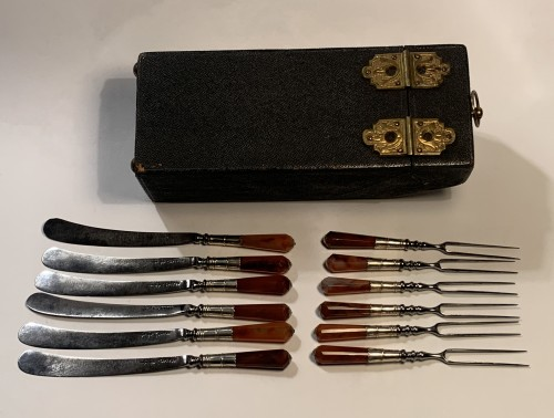 A silver mounted agate cutlery set in its original case, London 1700-1720 -