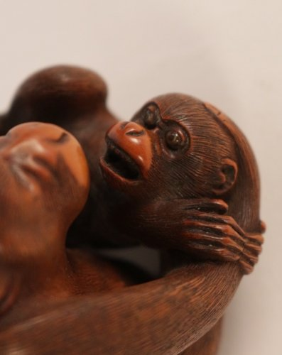 19th century - Very Nice boxwood Okimono A Monkey with his Little