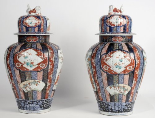 Nice Pair of Covered Vases in Imari Enamels - Asian Art & Antiques Style