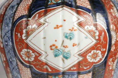 19th century - Nice Pair of Covered Vases in Imari Enamels