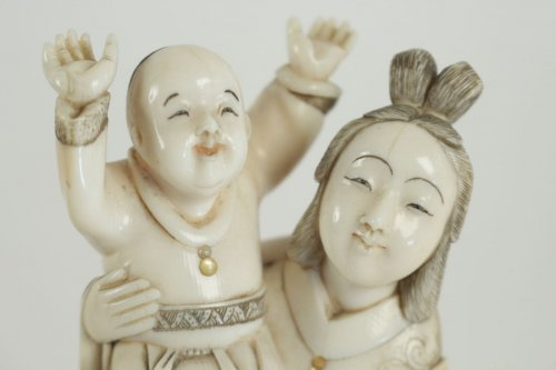 Antiquités - Beautiful Ivory Okimono of a Woman and Child