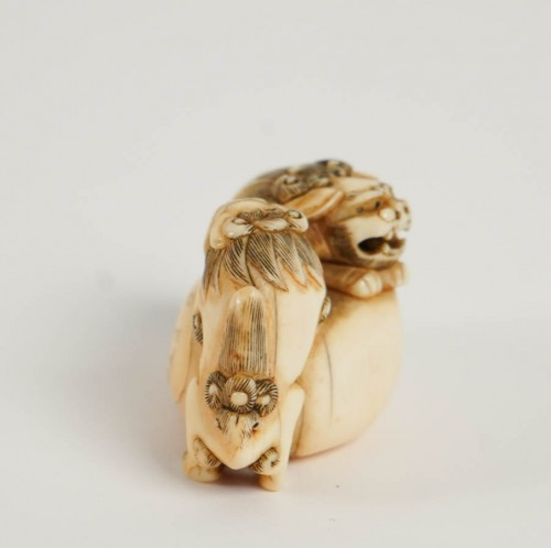 19th century - Ivory Netsuke of 2 shishi the Paws on a ball