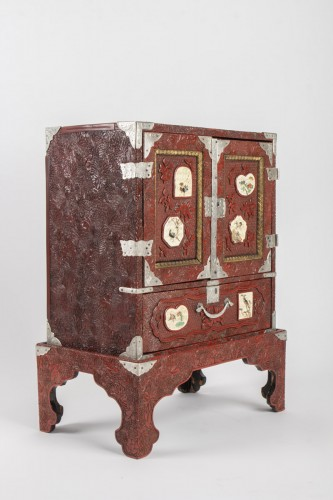 Antiquités - Japanese Cabinet in Carved Red Lacquer
