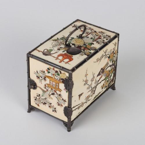 Asian Works of Art  - cabinet japonais (kodansu) en ivoire et shibayama par Masa Hisa