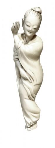 Okimono d'une danseuse en ivoire