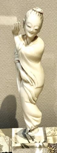 Okimono d'une danseuse en ivoire - Asian Works of Art Style